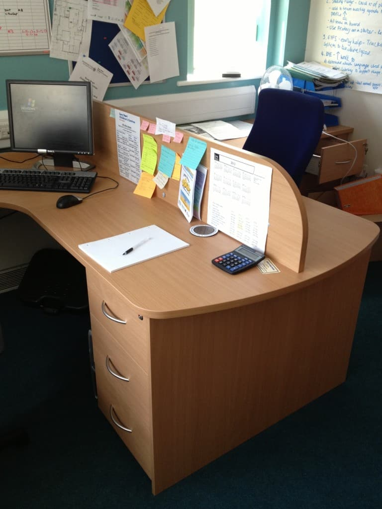 Partner desk with screen
